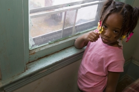 Taharah Abdulhaqq, 4, in her home in Cleveland, Ohio, where she was afflicted with lead poisoning. Photo: Cavan / Alamay Stock Photo